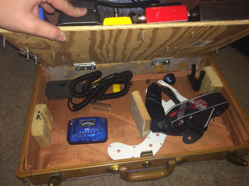 DIY guitar pedal board design from old suitcase for guitar stomp boxes and effect pedals